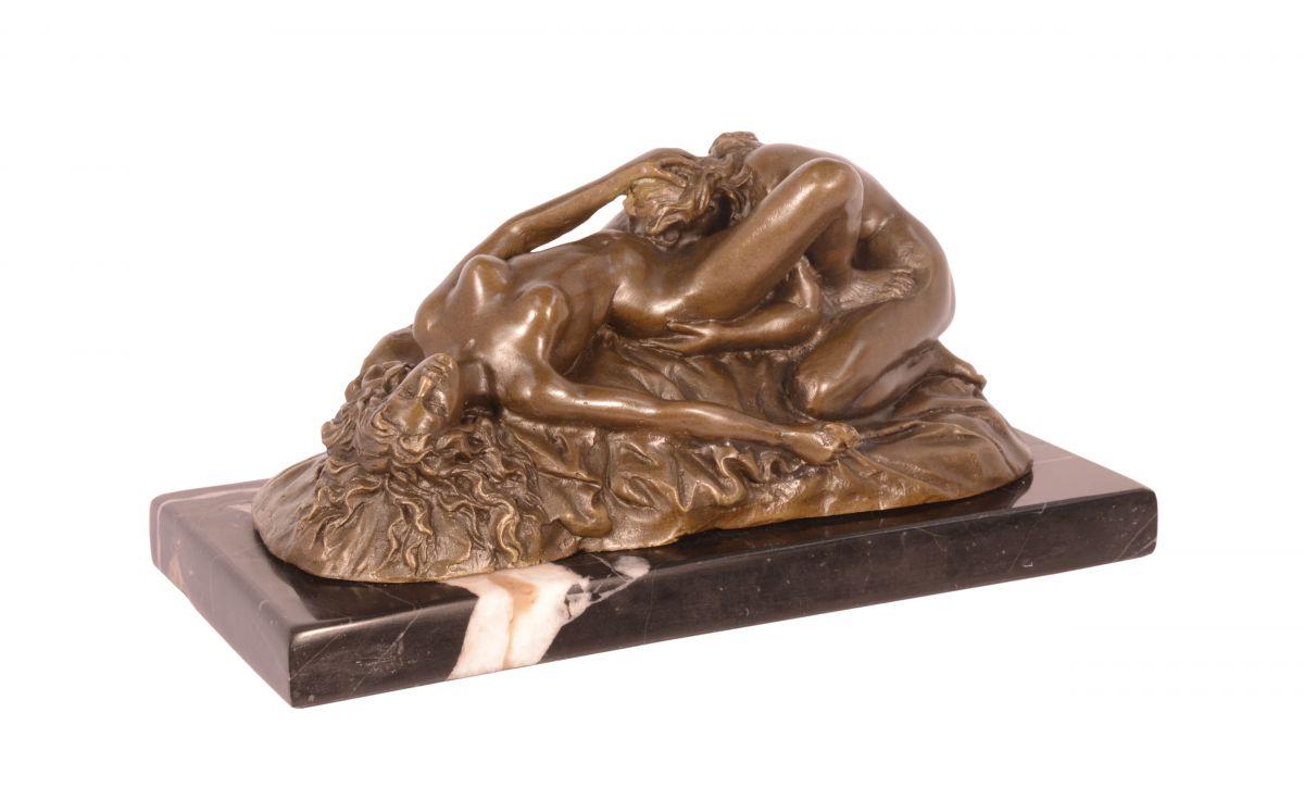 Bronze statue of lesbians
