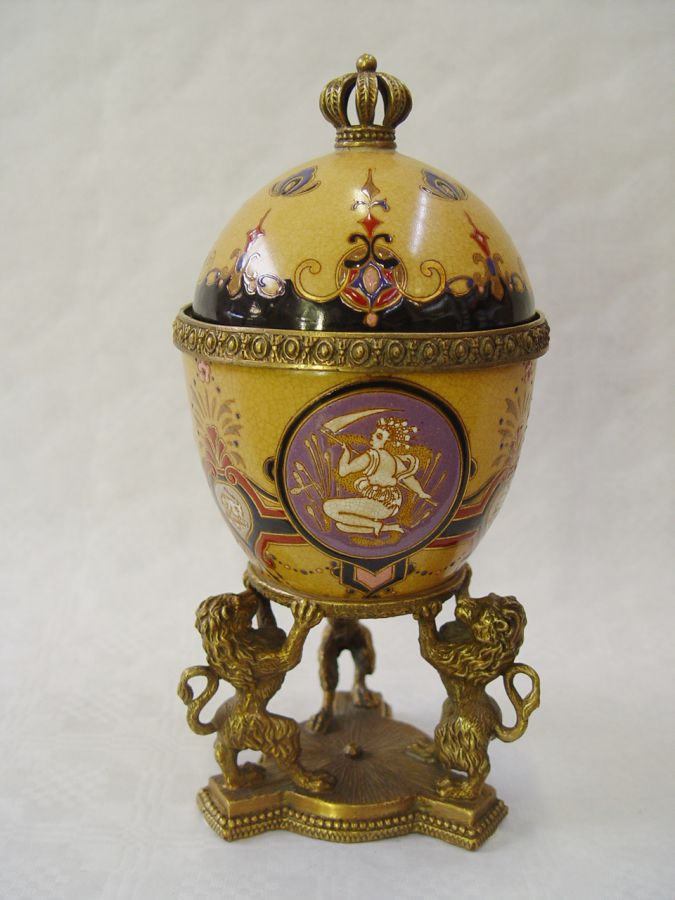 A casket made of porcelain and bronze - Egg